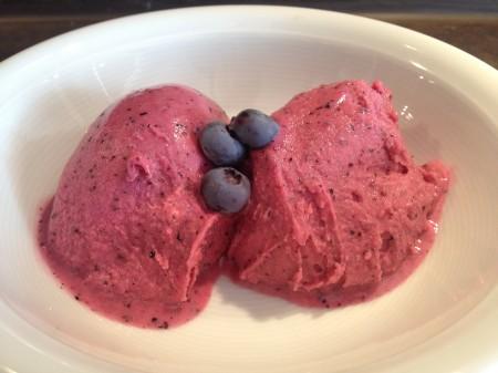 Heidelbeer-Buttermilch-Eis